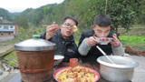 满山都是野蒜,小伙挖回家炒一大锅回锅肉,俩兄弟吃爽了