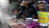 陕西美女跟集卖早点,一个人忙活一个摊位,半天就赚好几千