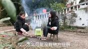 四川农村: 自贡小妮第一次直播烤红薯、香肠,这场面从没见过!