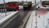 卡车停在路上,过来的火车就直接撞没了,火车看不见有车吗!