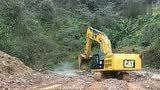 重型挖掘机在陡峭悬崖边缘修筑山间小路,履带适用于艰险的路面