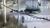 真是太惨了,大货车与三轮车相撞致1死8伤,农用车不能载人