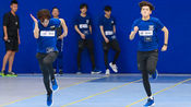 男子150米短跑个人预赛D组:周政杰胜利在望突发意外 敖瑞鹏触线后回身关心受伤战友