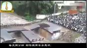 大量村民聚集在桥头不敢过桥,10秒后监控拍到恐怖一幕,幸运啊!