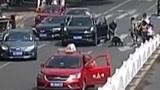 和县:女子被压车底 众人抬车救人