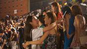 大学毕业晚会结束,万人大合唱《当》抱作一团不愿散场,致敬逝去的青春