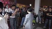街头女歌手龙婷翻唱《花心+大约在冬季》好听极了,数人围观(1)