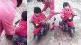 九个月萌宝宝骑电车
