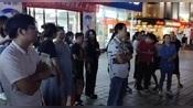 江西新余在一个超市门口听网红唱歌,歌唱得真好听,大家觉得呢