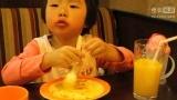 2013年10月25日小丸子木小宝在必胜客非常认真地吃着面 (1)