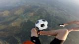 外国人少是有原因的,挑战高空踢足球,实力真不是盖的!