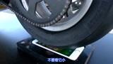朋克老外用机车摩擦iPhone,在120迈的旋转下,手机还能用么?