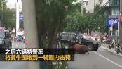 【安徽】阜阳一脱缰疯牛大闹街头 警方出动六辆特警车围堵将其击毙