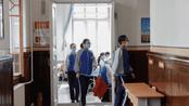 黑龙江18.9万高三毕业生开学:戴口罩排队入校 教室课桌距离增大