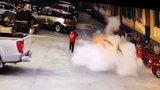 甘肃8岁男孩朝窨井扔鞭炮被掀飞 井盖炸飞3米高