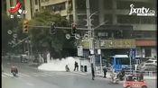 南昌:电动车突然起火 公交司机火速处置