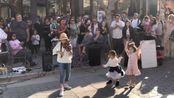 美国十岁小女孩Karolina Protsenko街头小提琴演奏《Lambada》,整个画面都洋溢着快乐和幸福的气息,小女孩甜美纯真的笑容和小提琴的动人旋律完美