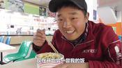 在楚雄师范学院吃的午饭,三块钱四个菜,学校的饭菜太便宜了