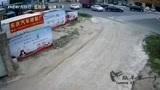 汕尾市城区汕遮公路赤岗路口,一辆泥土车与两辆小车发生碰撞!