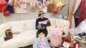 何雯娜抱女儿庆祝自己生日 产后恢复快V字脸明显