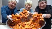 (中文字幕)韩国兴森吃播:新腌制的萝卜泡菜配上韩牛牛尾汤,妈妈被爸爸夸得害羞了