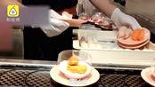 店员料理台上戴制作手套擦鞋,擦完直接包寿司