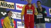 输不起?世锦赛男子400米自由泳决赛,中国选手孙杨以3分42秒44获得冠军。颁奖时,亚军霍顿拒绝上台和孙杨合影