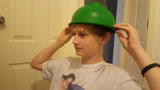 """帅气的金发小伙子,头上顶着""""绿帽子"""",打算要剪个锅盖头"""