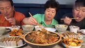 韩国农村家庭的一顿饭,妈妈今天做家常菜吃,胖儿子特别能吃