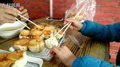 农村一家人去赶集吃煎包,3人花7.5元吃顿饭,粥免费,都来排队买
