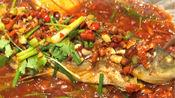 香辣纸包鱼配方:胡椒粉1克、芹菜30克、红椒粒10克、红油230克、鸡精20克、老料130克、蚝油15克