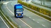 货车司机发现走错路,竟然不会倒车,这驾驶证是假的吧!