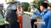 江苏镇江:大货车撞击高速隔音板后侧翻起火
