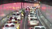 """江苏南京:害怕酒驾被查 司机在隧道内停车找""""代驾"""""""