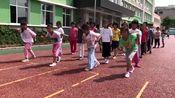 小学生体育课上练习30米快速跑