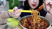 吃播大胃王小姐姐挑战山西临汾丸子面,吃一口满嘴香,超满足