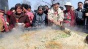 赶庙会惊现13人围成超大锅,以为是作秀,没想到真的在煮面