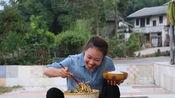 秋妹制作了四川油辣子,凉拌一盆喜欢的折耳根,秋妹吃得好开心
