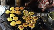 印度街边早点摊,一次做30个小饼,用报纸树叶给顾客打包