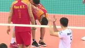 军运会中国男排夺冠,队员张哲嘉受伤,忍痛赢下关键分!