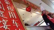 山东滨州:酒店跨年宴席遭疯抢 现场礼品用车拉