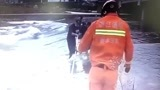 惊险!丽水男子被困河中央 特警 消防救援立即赶赴现场将男子救上了岸
