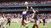足球历史上令人难忘的手球瞬间,马拉多纳的上帝之手重现,难以复制的操作