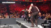 WWE:复仇二人组大反攻,罗旺惨遭飞冲肩爆桌