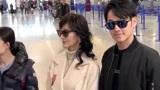 赵雅芝与33岁小儿子现身机场,黄恺杰高大帅气,侧颜撞脸钟汉良