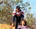 大白带着妹妹爬'土坡'玩,没想大白又要搞事情,太搞笑了