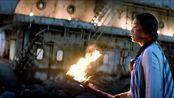 姗姗决定再信一次马进点燃大船,却失手把火把扔进了水坑里