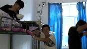 《变形计》蒋伟在拔河中受了伤,同学找爷爷拿两块给蒋伟买药