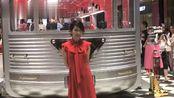 俞飞鸿亮相 prada 银色列车号西安 Skp 快闪,红色仙子好惊艳!