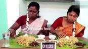 印度俩妇女吃手抓饭,烤羊肉+咖喱酱,用手抓左边大姐战斗力很强